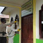 BRIMOB Aceh Jaya Melaksanakan Penyemprotan Disinfektan Dalam Rangka Menyambut Tahun Ajaran Baru 2020/2021