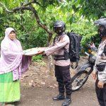 Brimob Aceh Bagikan Sembako Kepada Masyarakat Aceh Besar