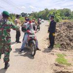 Brimob Aceh Bersama TNI Bersinergi Cegah Penyebaran COVID-19 Bagikan Masker Kepada Pengguna