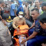 Bupati Rocky Evakuasi Jasad Bocah Korban Banjir, Bantuan Sembako Diserahkan Ke Pengungsi