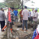 Muspika Ranto Peureulak dan Masyarakat Perbaiki Gorong-gorong di Jalan Lintas Provinsi