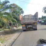 Truck Pengangkut Pasir Membahayakan Pengguna Jalan Raya