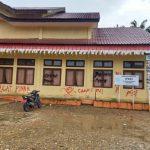 """Kantor Camat Kota Bahagia Dicoret dengan Tulisan """"Camat Bui, Pinah, dan PKI"""""""