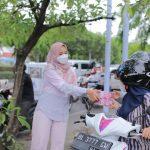 Anggota DPR Aceh, Darwati A. Gani Ikut Membagikan Takjil Bersama Komunitas KTP