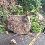 Batu Besar Menutup Akses Jalan Tapaktuan – Subulussalam