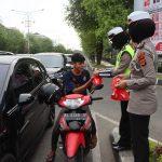 Personel Ditlantas Polda Aceh Bagi Masker Di Simpang Lima, Banda Aceh