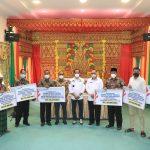 Bupati Tgk. Amran Melepas Mahasiswa Penerima Beasiswa Aceh Carong Sekaligus Menyalurkan CSR Bank Aceh